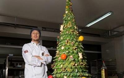 На Закарпатье из шоколада произвели двухметровую елку