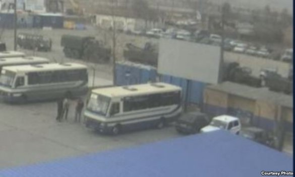 ФОТО:На Керченской переправе в очереди стоит боевая техника