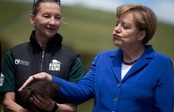 ФОТО:Ангела Меркель с полунагим туземцем подорвала интернет