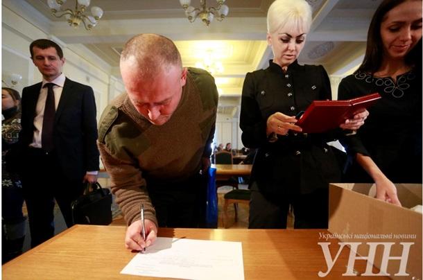 ФОТО: Раздача удостоверений парламентариев в Раде