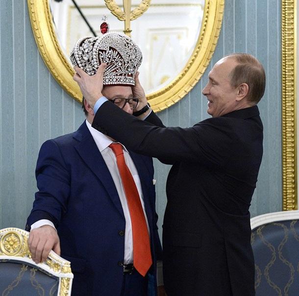 Фото: Хазанов презентовал Путину копию короны правителя
