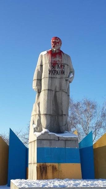 Фото: В Лисичанске монумент Ленину окатили алой краской