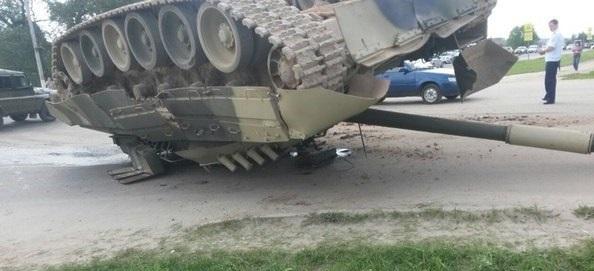 Фото, Видео: В Московской области на автодороге опрокинулся самолет