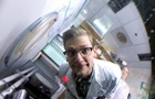 Осьминог отобрал камеру у ученого и начал его снимать