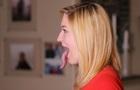 Дівчина з найдовшим язиком у світі дістає ним до очей. Фото