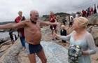 79-річний наречений проплив 800 метрів на власному весіллі