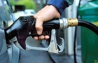 На українських АЗС подешевшав бензин