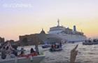 Тысячи жителей Венеции на лодках не пускали лайнер