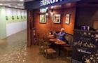 Незворушний китаєць у затопленому кафе став мемом