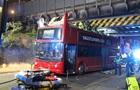 В Лондоне двухэтажный автобус врезался в мост