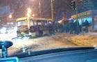 В Киеве автобус влетел в столб, есть пострадавшие