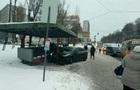 В Киеве из-за гололедицы авто врезалось в остановку