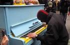 Пианист сыграл реквием возле офиса Порошенко