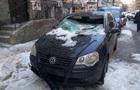 В центре Киева лед с крыш разбил два авто