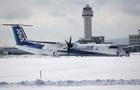 В японском аэропорту самолет застрял в снегу