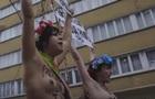 Феминистки разделись против Майка Пенса в Брюсселе