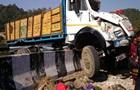 В Индии перевернулась фура с людьми: 16 жертв