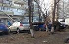 В Киеве упавшее дерево разбило автомобили