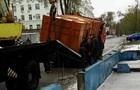 В Днепре мусоровоз провалился под асфальт