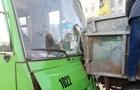 В Харькове автобус влетел в грузовик, есть пострадавшие