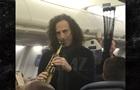 Звездный саксофонист устроил концерт в самолете