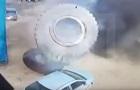 В России колесо БелАЗа раздавило машину