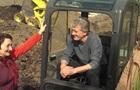 Ющенко на тракторе строил Тарасову хату под Киевом