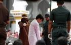 В Индонезии публично выпороли розгами двух геев