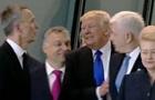 Трамп грубо отодвинул премьера Черногории