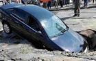 В Киеве под асфальт провалился Opel с матерью и ребенком