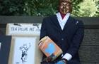 В Нью-Йорке появилась статуя кормящего голубей Трампа