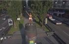 В Киеве активистка Femen забралась на постамент памятника Ленину