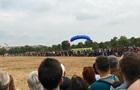 В Праге на празднике десантник приземлился на зрителей
