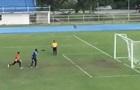 Тайский вратарь пропустил курьезный гол с пенальти