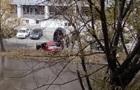 У Києві припарковані машини залило окропом