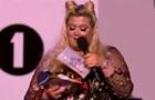 Пышнотелая певица провалилась под сцену на шоу
