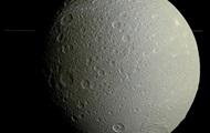 Зонд Кассини сфотографировал Диону