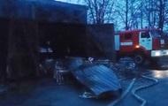 Спасатели более часа тушили пожар на складе в Киеве