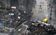 В Киеве на улице Грушевского разобрали часть баррикад и построили на проезжей части ворота