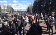 Митингующие перекрыли центральную улицу Донецка и пикетируют горсовет