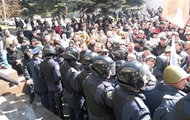 В Мариуполе митингующие захватили прокуратуру и выбили двери в горсовете