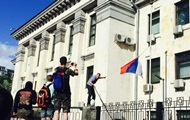 Пикетчики сняли триколор с посольства России в Киеве