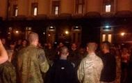 Около 100 человек под АП ожидают решения Порошенко по Донбассу