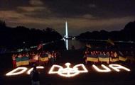 В Вашингтоне выложили из свечей большой трезубец и спели гимн Украины