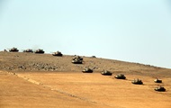 Рубль рекордно рухнул, а Турция стягивает танки к Сирии: фото дня