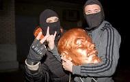 В Харькове ночью снесли еще два памятника Ленину