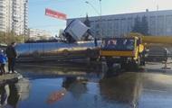 В Киеве на проспекте Победы перевернулась автоцистерна с маслом