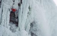 Альпинист впервые в истории покорил замерзший Ниагарский водопад