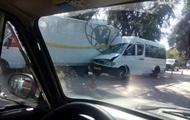 В Запорожье маршрутка влетела в грузовик: 12 пострадавших