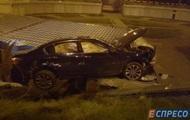 У Києві на дах кіоску впав автомобіль